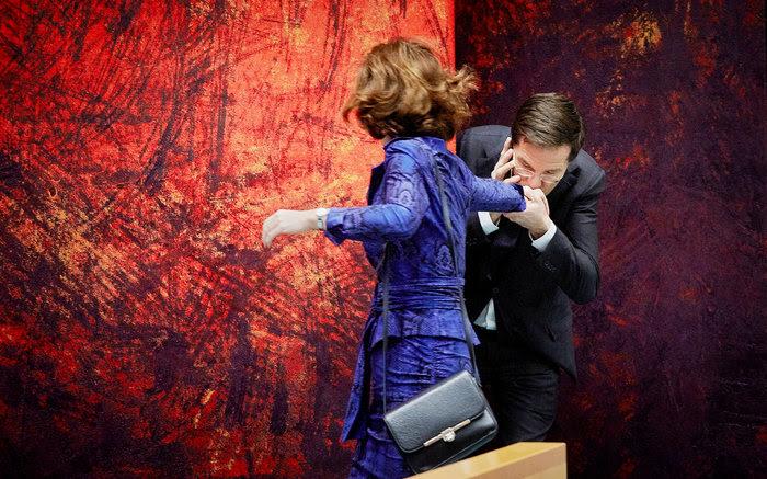 Den Haag, 18 december 2013.Tweede Kamer, debat over de agenda van de Europese top. Premier Rutte geeft Kamervoorzitter van Miltenburg een handkus, al bellendANP MARTIJN BEEKMAN